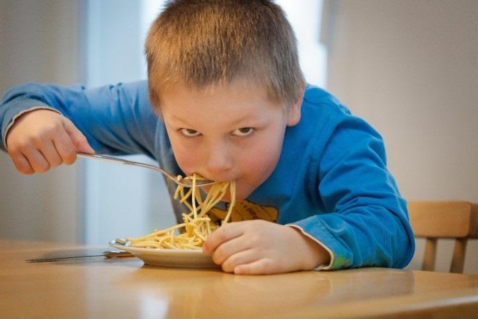bambino che mangia pasta