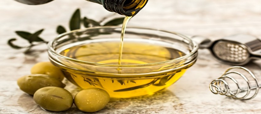 olio di oliva versato in una ciotola