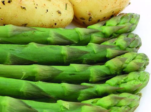Insalata di patate con fagiolini e asparagi